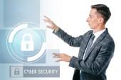 boční pohled na podnikatele v obleku na kybernetické bezpečnostní cedulka izolované na bílém