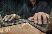 Fotografie Teilansicht der Hacker mit Laptops auf Tischplatte mit Smartphone, Cyber-Security-Konzept