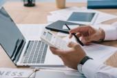Oříznout záběr podnikatel kalkulací na pracovišti s doklady