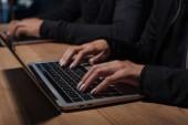 Fényképek levágott szemcsésedik-ból bárdok használ laptop, a fából készült asztali, számítógépes biztonsági koncepció