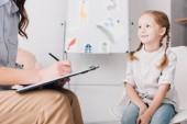 vágott lövés pszichológus ülő előtt a gyermek az office vágólappal