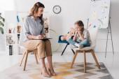 felnőtt pszichológus ül kevés depressziós gyermek hivatalban