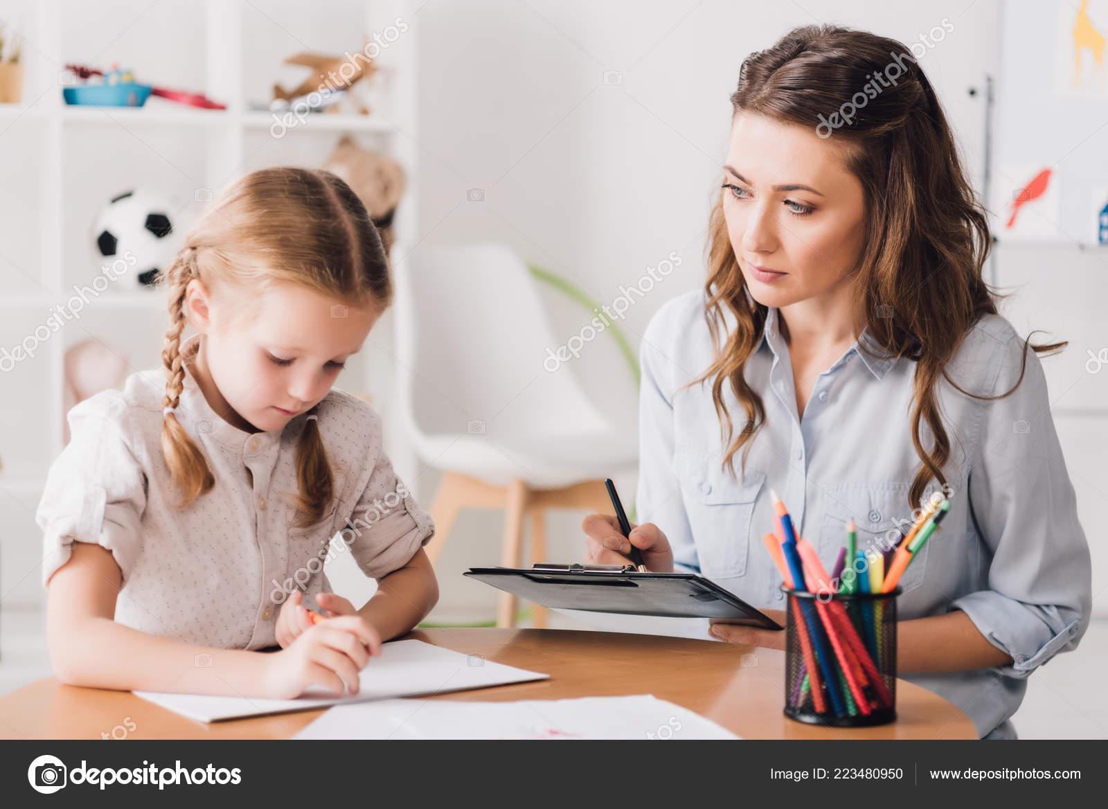 5ef3c66b5 Psicólogo Adultos Sentados Cerca Niño Dibujo Con Lápices Colores — Foto de  Stock