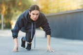 Photo active adult sportswoman exercising before jogging on street