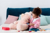 Fotografie Entzückende afroamerikanische Kind untersuchen Teddybär