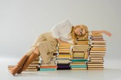 Fotografie unavený blondýnka v brýlích na retro knih