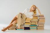 Fotografie krásná blondýnka v brýlích na retro knih