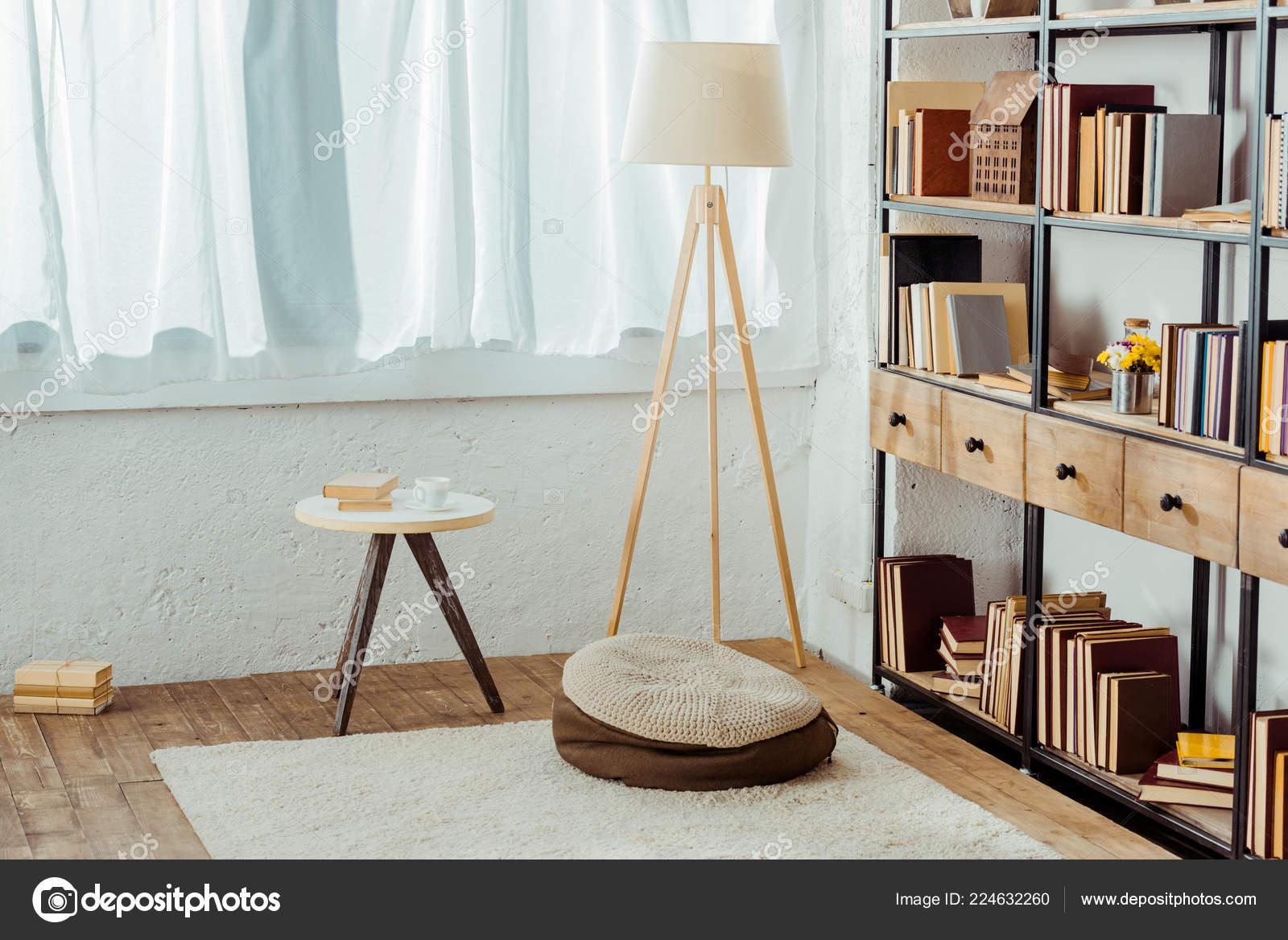 Woonkamer Houten Meubels : Interieur van een woonkamer met houten meubels boeken u stockfoto