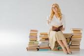 krásná pro dospělé žena sedící na retro knih s bílým cup