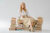 gyönyörű nő ül a megtakarítások jar és kupa-könyvek szemüveg