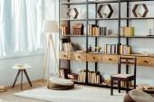 interiér obývacího pokoje s dřevěným nábytkem a knihy