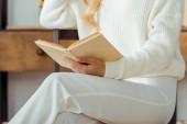 zblízka elegantní ženy drží a čtení knihy
