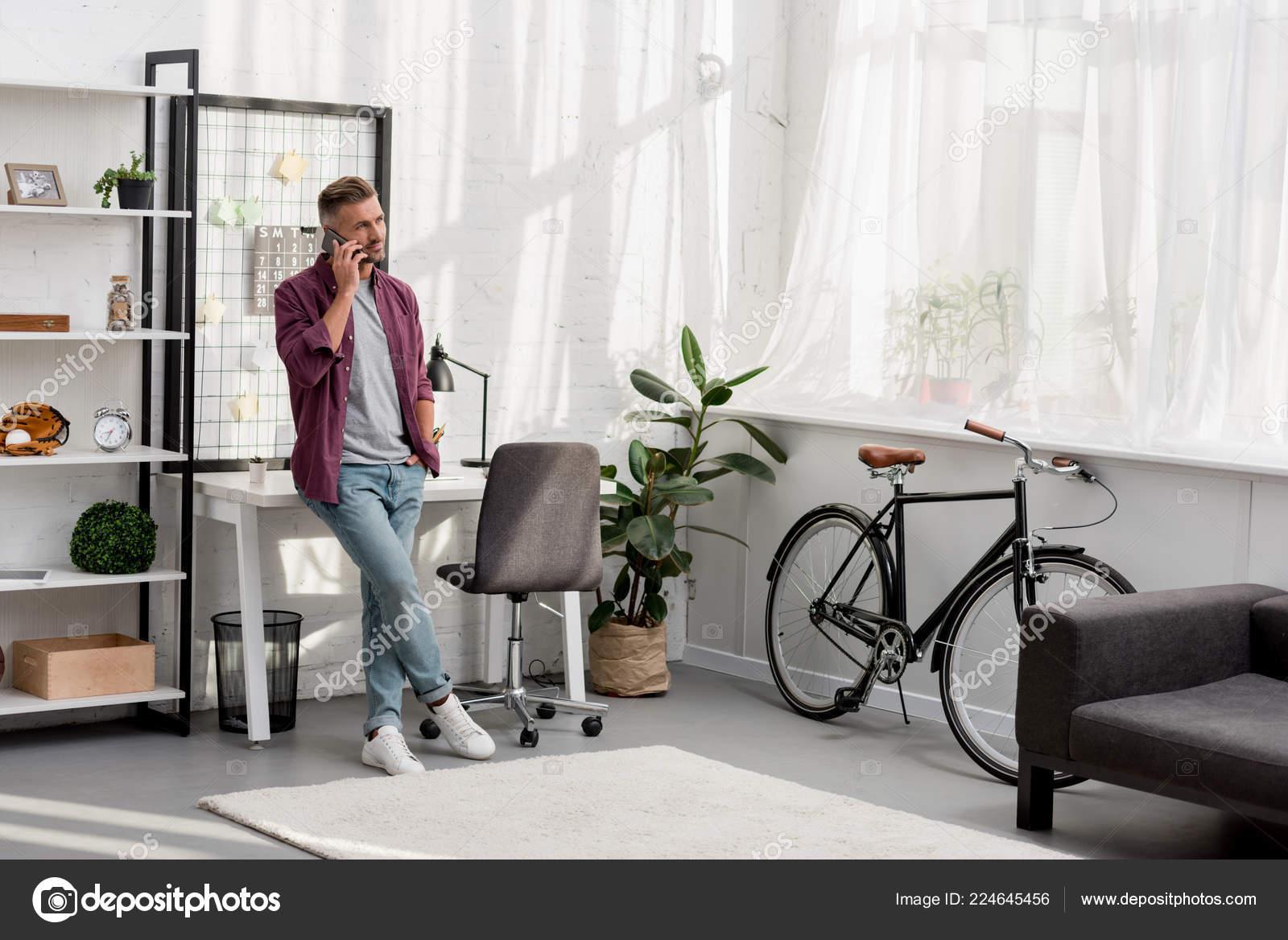 Mann Spricht Telefon Hause Buro Stockfoto C Andrewlozovyi 224645456