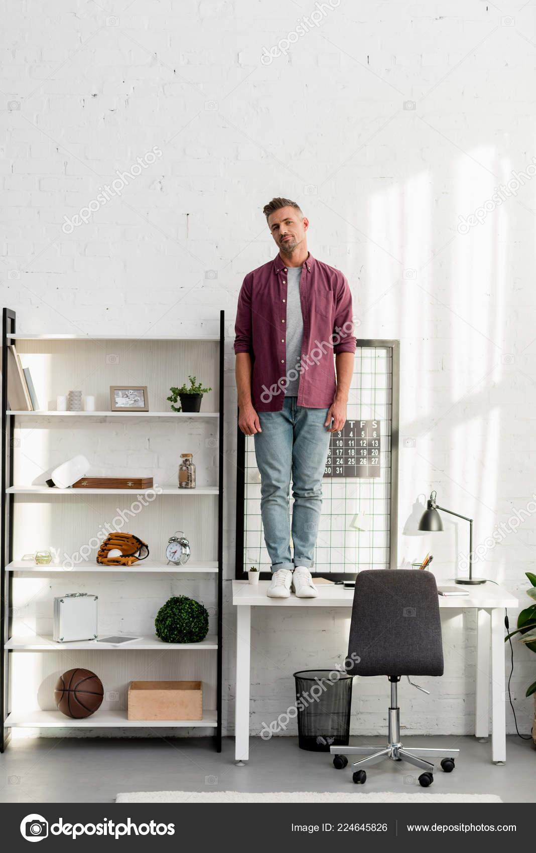 Mann Mit Mude Gesicht Buro Hause Auf Tisch Stehend Stockfoto