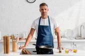 Erwachsener Mann brät Steak in Pfanne in Küche