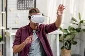 férfi intett a virtuális-valóság sisak otthon, iroda