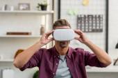 Fotografie schöner Mann im Virtual-Reality-Headset im Home Office