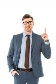 Veselá podnikatel v brýlích a žalobu směřující nahoru izolované na bílém