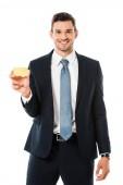 mosolygó üzletember öltöny kezében elszigetelt fehér üres névjegykártya
