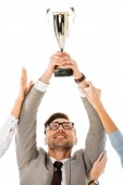 Fotografie erfolgreicher Geschäftsmann holding Trophy Schale über dem Kopf während Kollegen versucht, es isoliert auf weiss