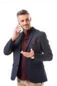 Stylový muž ukázal rukou při rozhovoru na smartphone izolované na bílém