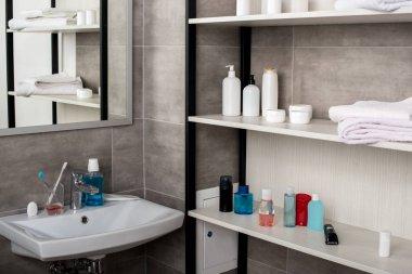 """Картина, постер, плакат, фотообои """"селективный фокус современной ванной комнаты с раковинами и полками с косметическими средствами зеркало раме зеркала настенное круглые подсветкой декоративные"""", артикул 225458962"""