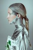 vista laterale della futuristica del cyborg argento distogliendo lo sguardo isolato il concetto di tecnologia futura, grigio