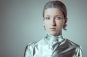 robot femminile dargento futuristico che guarda lobbiettivo isolato il concetto di tecnologia futura, grigio