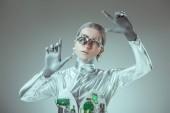 robot dargento futuristico gesticolare con le mani sul concetto di tecnologia futura, grigio