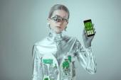 Robot drží smartphone s zdravotní aplikace a při pohledu na fotoaparát izolované na šedé, budoucí technologický koncept