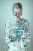 Fotografie futuristické stříbrné cyborg pohledu na obvodu izolované na šedé, budoucí technologický koncept
