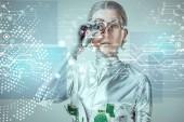 futuristica del cyborg argento regolazione protesi dellocchio e guardando i dati digitali isolato il concetto di tecnologia futura, grigio
