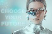 Detailní pohled stříbrného robota s oční protézy při pohledu na fotoaparát Grey s vybrat si budoucnost nápisy a digitální data