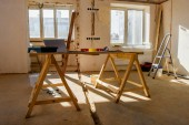 pokoj s lešení s nástroji a laptop během rekonstrukce domova