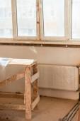 Selektivní fokus dřevěné lešení vrstvený plastem během rekonstrukce domova