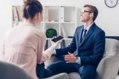 směje se pohledný podnikatel dává rozhovor novinář v úřadu