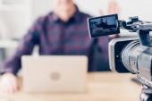 ořízne obraz mužské video blogger nahrávání vlog v úřadu, kamera na popředí