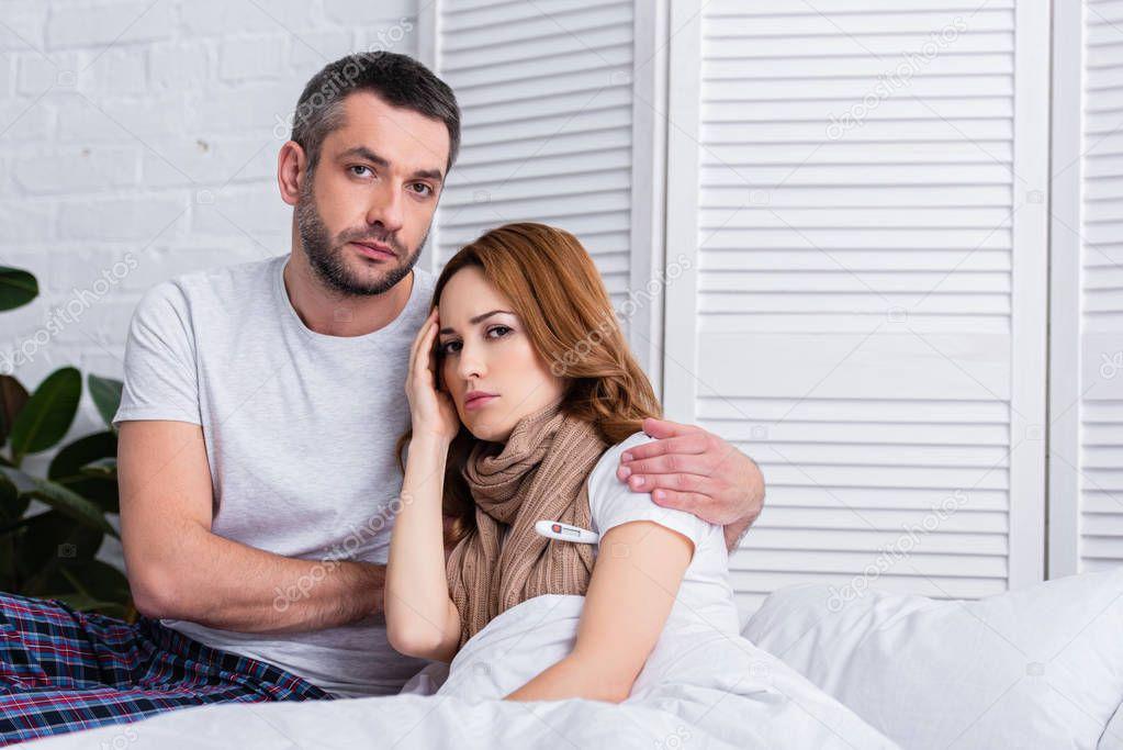 жены с мужьями в спальне-фото выглянула окна