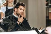 nyírt frizura csinál szép ember nézett tükörbe kozmetika fodrászat lövés