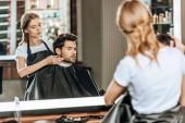 frizura csinál szép ügyfél kozmetika fodrászat tükre tükörképét