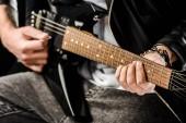 levágott lövés játék az elektromos gitár elszigetelt fehér bőr kabát férfi rock and roll zenész