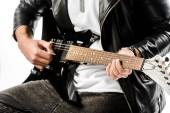 részleges kilátás nyílik a játék az elektromos gitár elszigetelt fehér bőr kabát férfi rock and roll zenész
