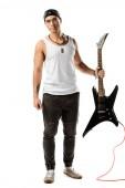 jóképű férfi rockzenész jelentenek az elszigetelt fehér fekete elektromos gitár