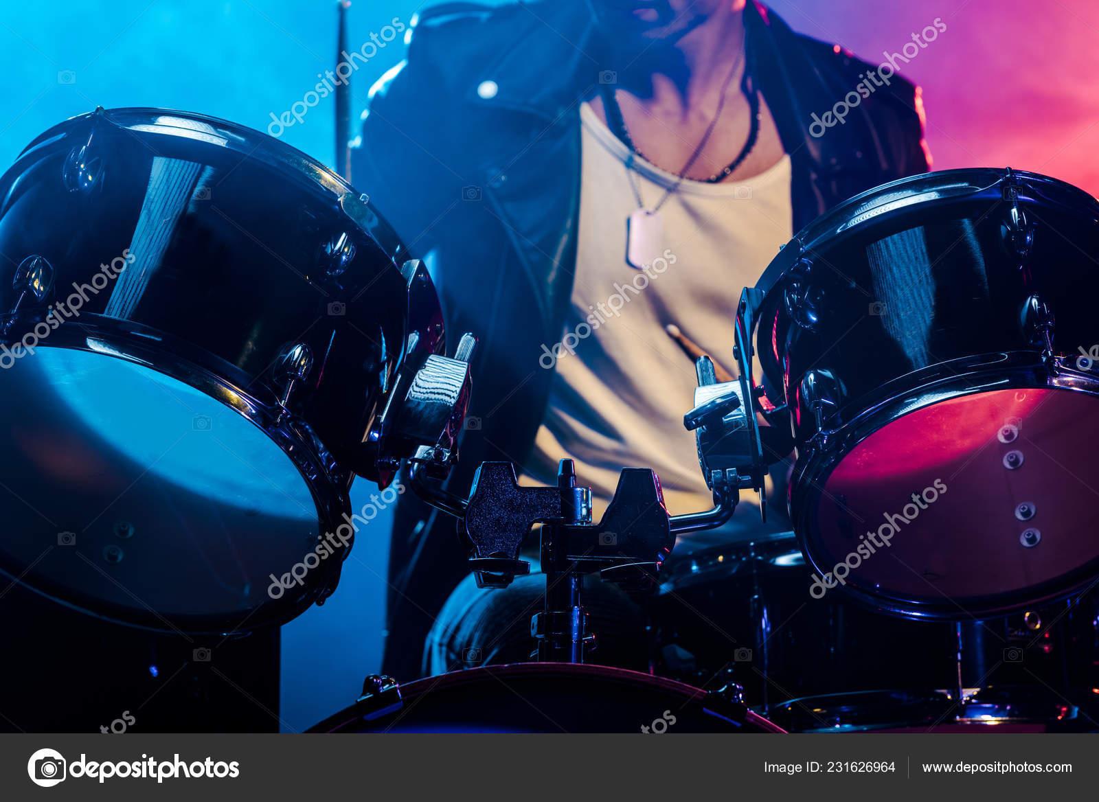 Ritagliata colpo batteria maschio musicista durante concerto rock