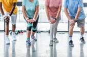 ořízne obraz starší sportovce synchronní cvičení ve sportovní hale