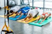 Fényképek magas szög kilátás vezető sportolók szinkron, gyakorlása, a tornaterem fitness szőnyeg