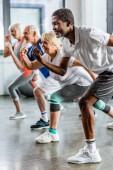 africké americké sportovce synchronní, cvičení s přáteli ve sportovní hale