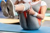 Fotografie Teilansicht des senior Sportlerin auf Fitness Matte zu Fitness-Studio trainieren