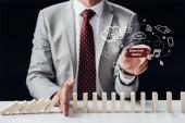 Fotografie oříznutý pohled podnikatel brání pádu podržíte cihel se slovy executive search, ikony na popředí dřevěných kostek