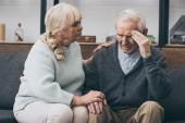 Fotografie bývalý žena sedí poblíž starší manžel s bolestí hlavy